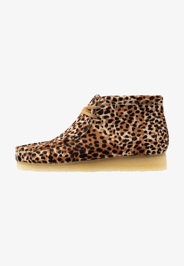WALLABEE - Zapatos con cordones - brown