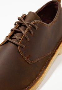 Clarks Originals - DESERT LONDON - Chaussures à lacets - beeswax - 5