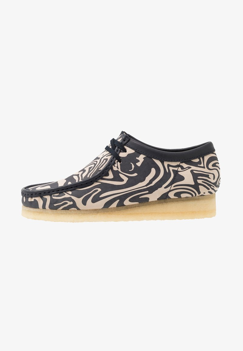 Clarks Originals - CLARKS ORIGINALS X WU WEAR WALLABE - Chaussures à lacets - navy