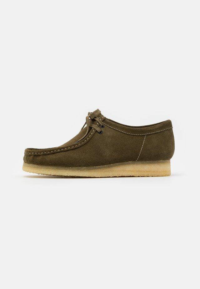 WALLABEE - Sznurowane obuwie sportowe - khaki