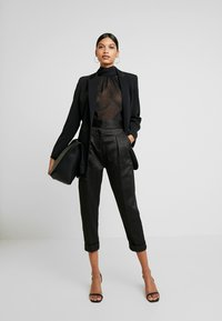 Closet - PLEATED TROUSER WITH TURN UP - Pantaloni - black - 2