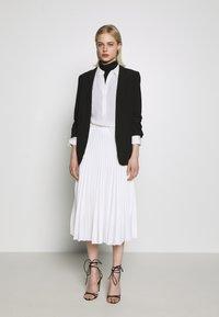 Closet - CLOSET PLEATED SKIRT - Pouzdrová sukně - white - 1