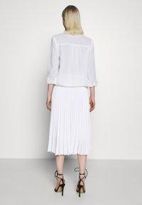 Closet - CLOSET PLEATED SKIRT - Pouzdrová sukně - white - 2