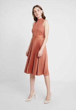 PLEATED SKIRT DRESS - Denní šaty - rust