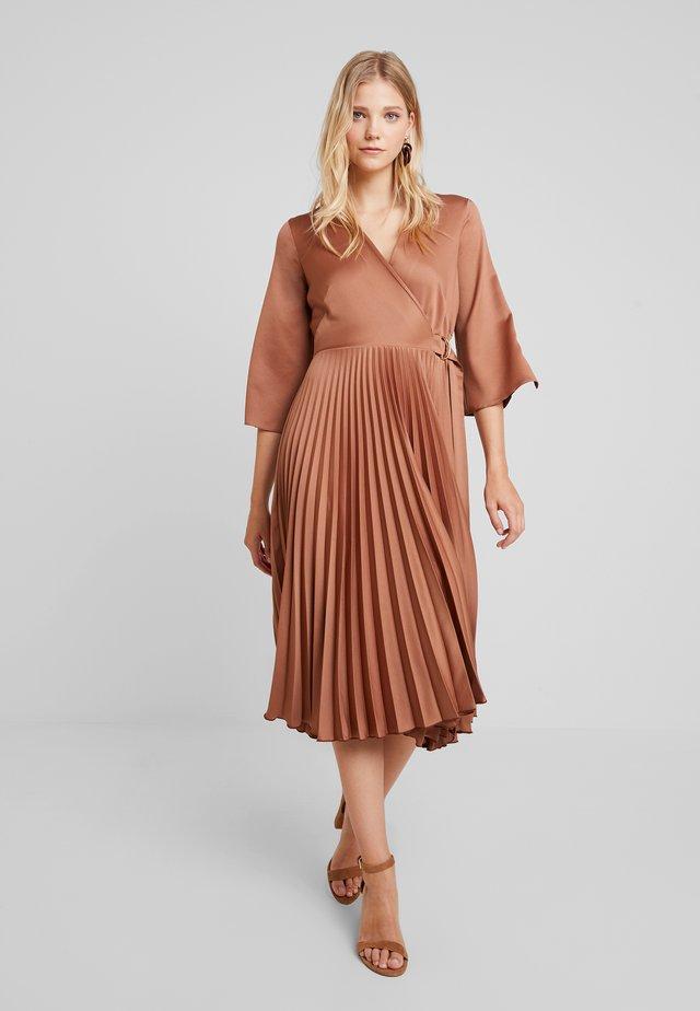 WRAP PLEATED DRESS - Denní šaty - brown