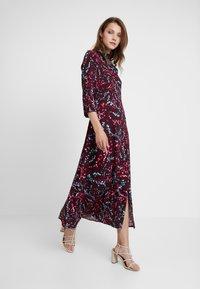 Closet - HIGH NECK FRONT SLIT DRESS - Robe d'été - maroon - 2