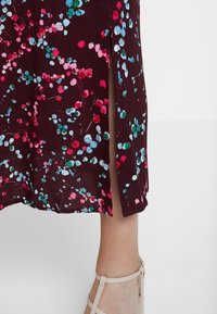 Closet - HIGH NECK FRONT SLIT DRESS - Robe d'été - maroon - 4