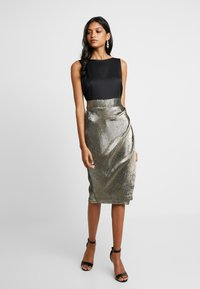 Closet - PLEATED PENCIL DRESS - Denní šaty - gold - 0
