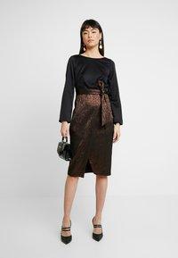 Closet - PENCIL DRESS - Pouzdrové šaty - rose gold - 2