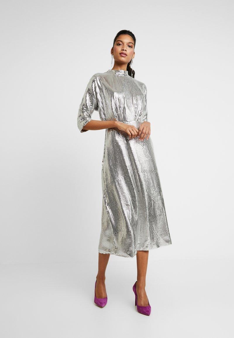 Closet - KIMONO SLEEVE DRESS - Vestido de cóctel - silver