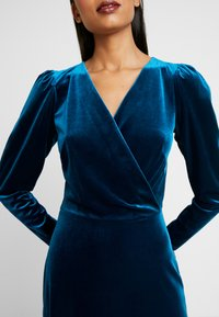Closet - WRAP ALINE DRESS - Vestido de cóctel - teal - 5