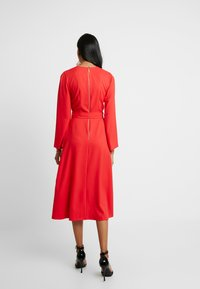 Closet - PLEATED SLEEVE WRAP DRESS WITH FRONT TIE - Denní šaty - red - 3