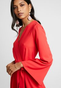 Closet - PLEATED SLEEVE WRAP DRESS WITH FRONT TIE - Denní šaty - red - 5