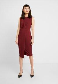 Closet - CLOSET DRAPED SLEEVELESS WRAP DRESS - Pouzdrové šaty - tawny port - 0