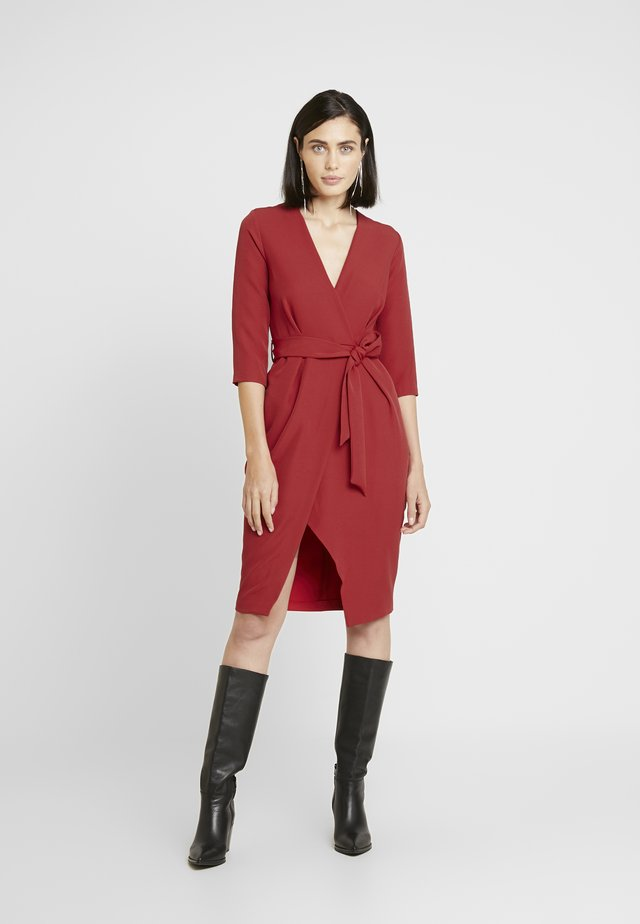 SLEEVE WRAP PENCIL DRESS - Koktejlové šaty / šaty na párty - red