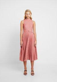 Closet - PLEATED DRESS - Denní šaty - rose - 0