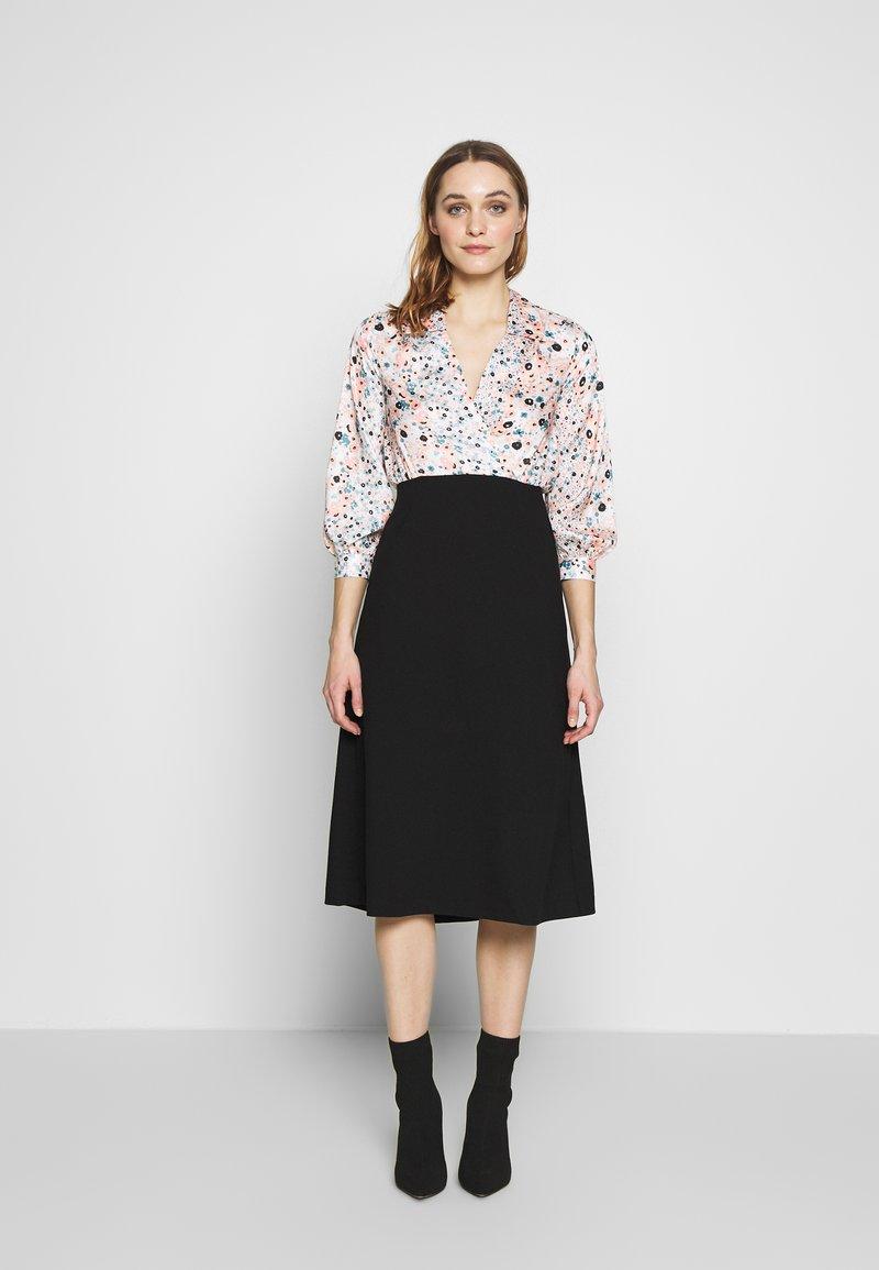 Closet - COLLARED PENCIL DRESS - Denní šaty - peach