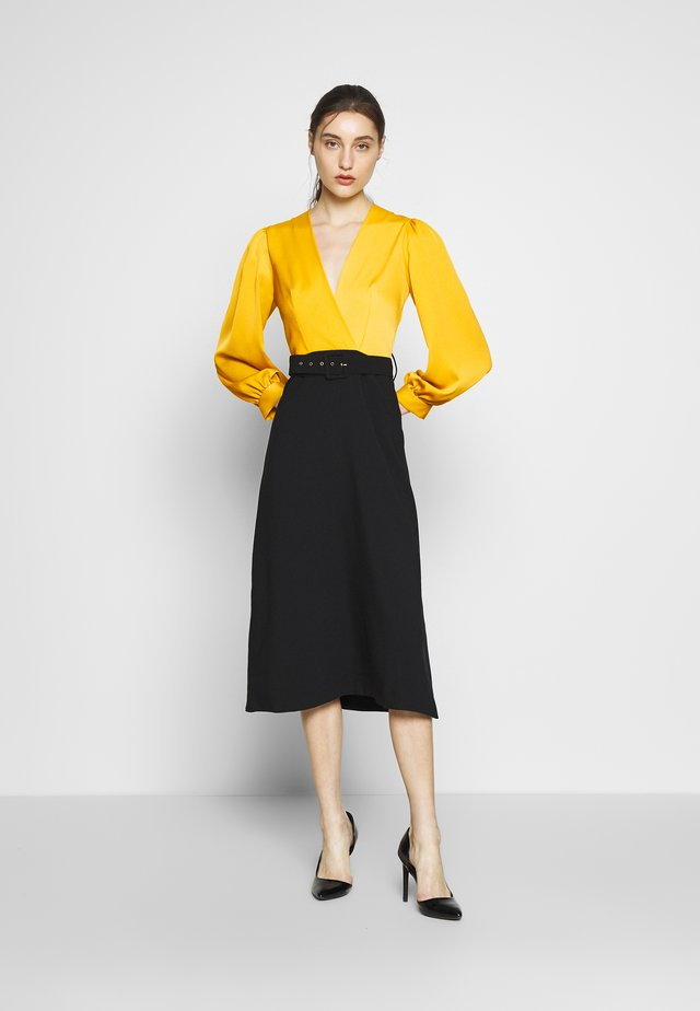 SLEEVE DRESS - Cocktailklänning - mustard