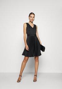 Closet - V-NECK PLEATED DRESS - Koktejlové šaty/ šaty na párty - black - 1