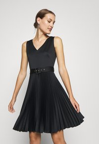 Closet - V-NECK PLEATED DRESS - Koktejlové šaty/ šaty na párty - black - 3