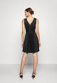 Closet - V-NECK PLEATED DRESS - Koktejlové šaty/ šaty na párty - black - 2