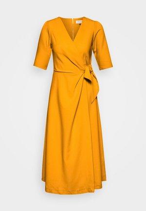 CLOSET SHORT SLEEVE WRAP DRESS - Etuikleid - mustard