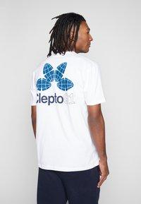 Cleptomanicx - FOUR WORLDS - Print T-shirt - white - 0