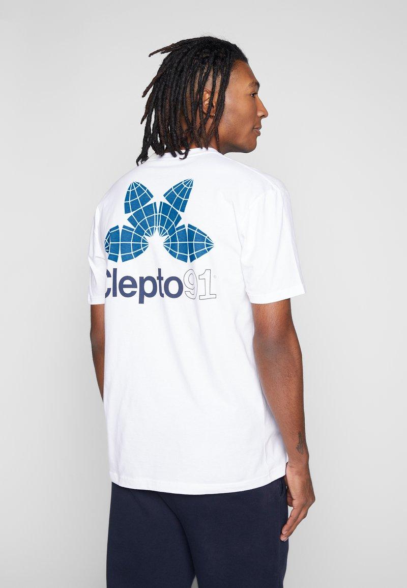 Cleptomanicx - FOUR WORLDS - Print T-shirt - white