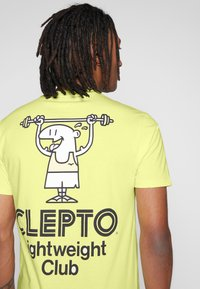 Cleptomanicx - LIGHT CLUB - Print T-shirt - elfin yellow - 5