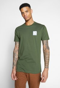 Cleptomanicx - RUN GULL - Print T-shirt - rifle green - 0