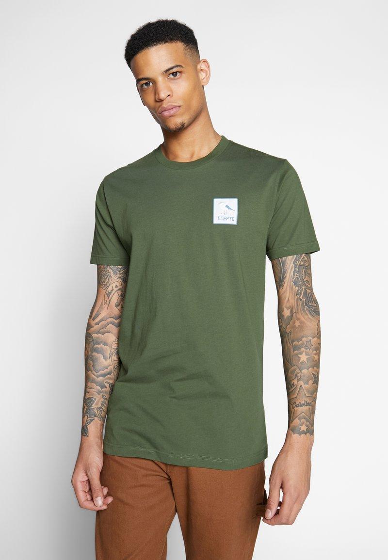 Cleptomanicx - RUN GULL - Print T-shirt - rifle green