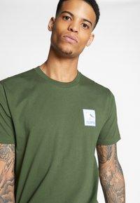 Cleptomanicx - RUN GULL - Print T-shirt - rifle green - 4