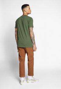Cleptomanicx - RUN GULL - Print T-shirt - rifle green - 2