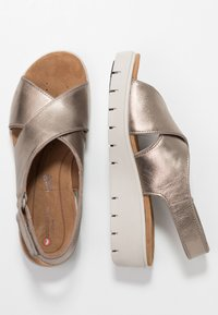 Clarks Unstructured - KARELY SUN - Wedge sandals - gold metallic - 3