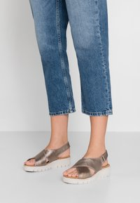 Clarks Unstructured - KARELY SUN - Wedge sandals - gold metallic - 0