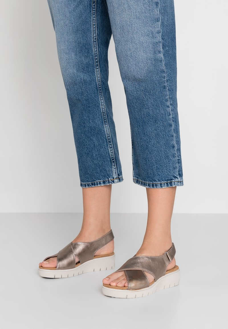 Clarks Unstructured - KARELY SUN - Wedge sandals - gold metallic