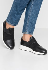 Clarks Unstructured - UN RIO STRAP - Mocasines - black - 0