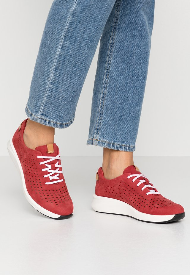 RIO TIE - Trainers - red