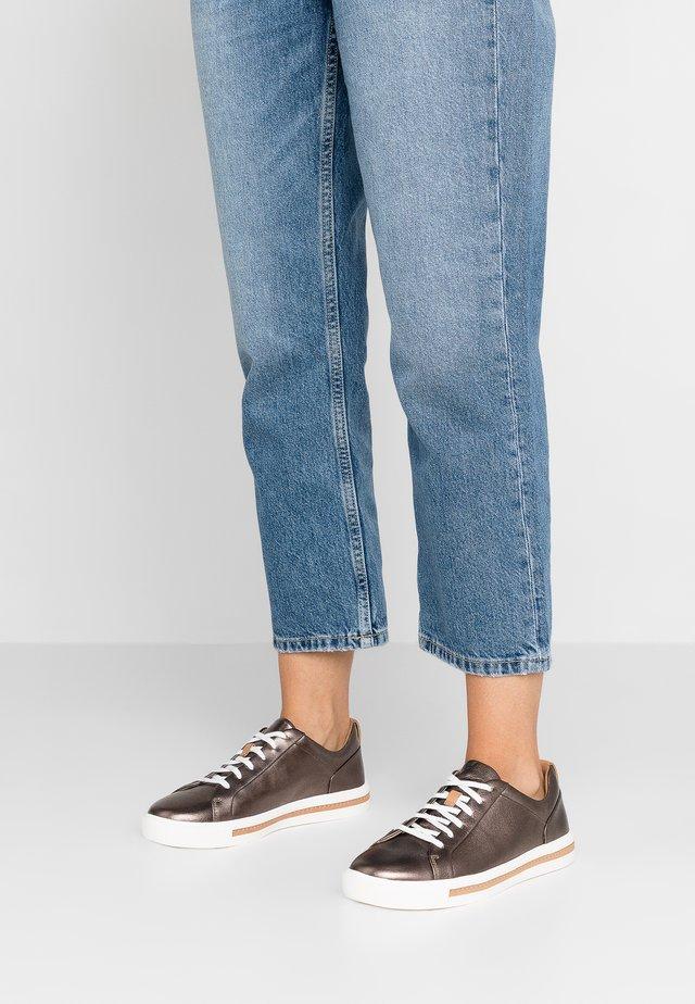 UN MAUI LACE - Sneakers laag - pebble metalic