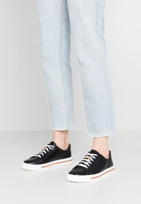 Clarks Unstructured - UN MAUI LACE - Sneakersy niskie - black - 0