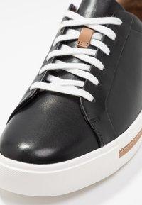 Clarks Unstructured - UN MAUI LACE - Sneakersy niskie - black - 2