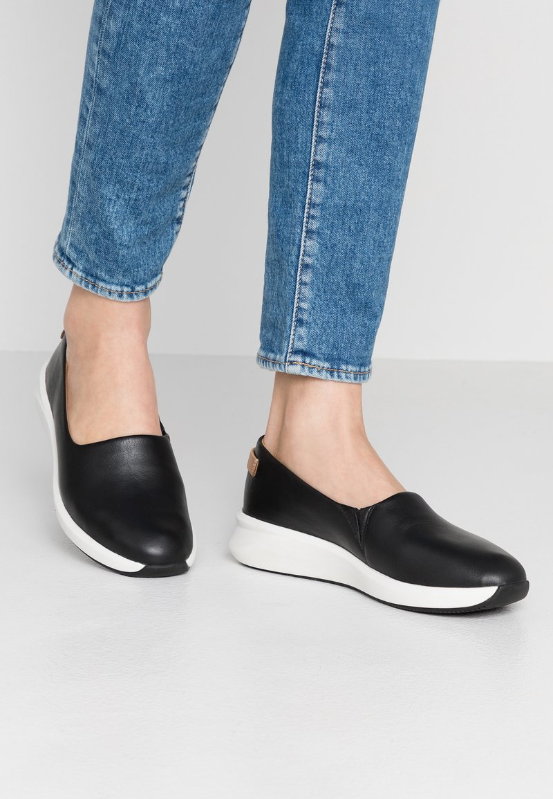 Clarks Unstructured - RIO STEP - Slippers - black