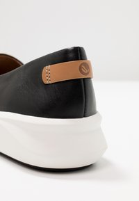 Clarks Unstructured - RIO STEP - Slippers - black - 2