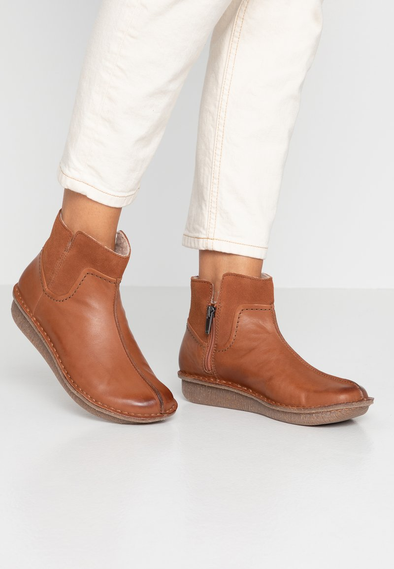 Clarks Unstructured - FUNNY MID - Ankle boots - dark tan