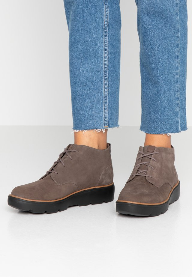 UN BALSA MID - Ankle boots - taupe