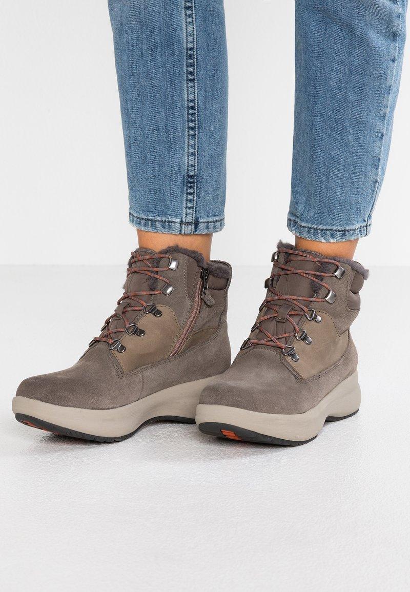 Clarks Unstructured - UN ORBIT LACE - Boots à talons - taupe
