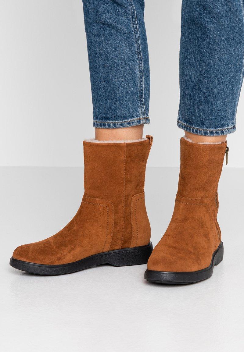 Clarks Unstructured - UN ELDA MID - Kotníkové boty - dark tan