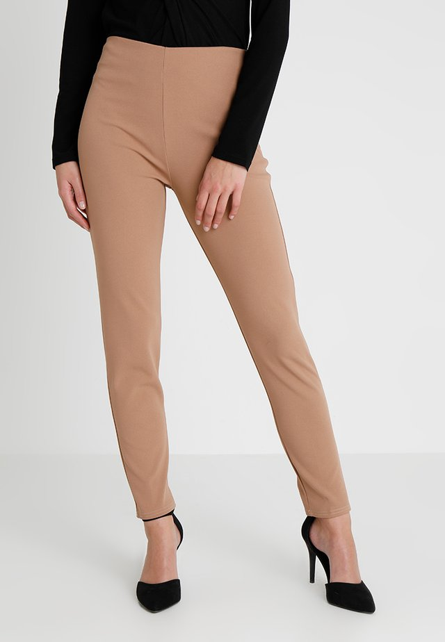 GIRL BOSS TROUSERS - Leggingsit - camel