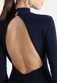 Club L London - OPEN BACK RUCHED LONG SLEEVE BODYCON DRESS - Etui-jurk - navy - 4