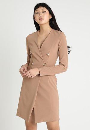 GIRL BOSS DRESS - Pouzdrové šaty - camel